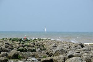 Westende golfbreker zeilboot